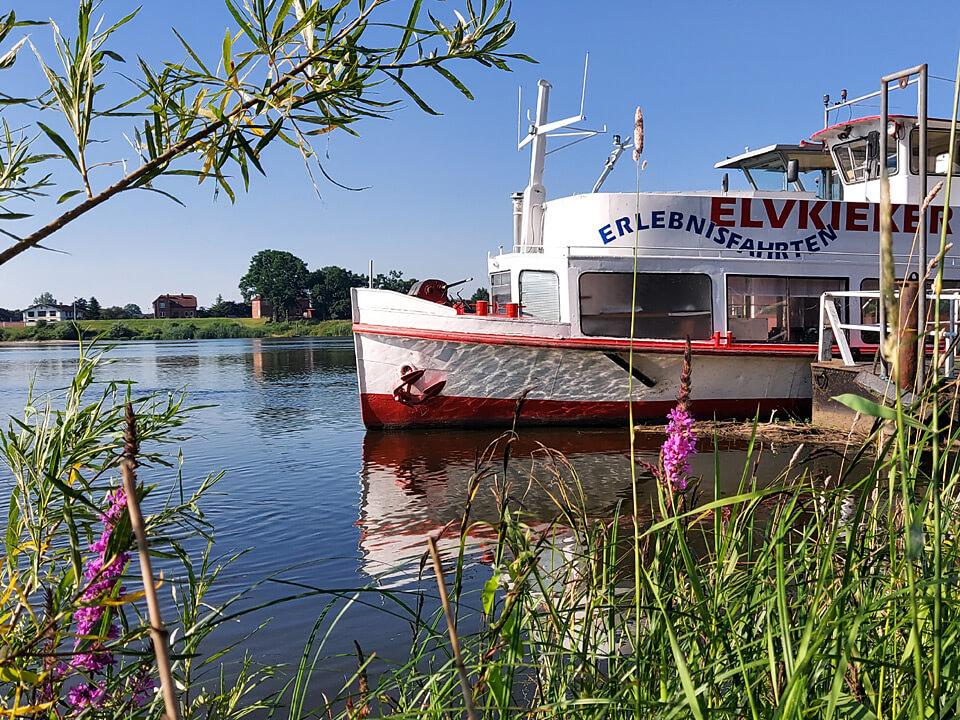 Schiff auf der Elbe vor Lauenburg